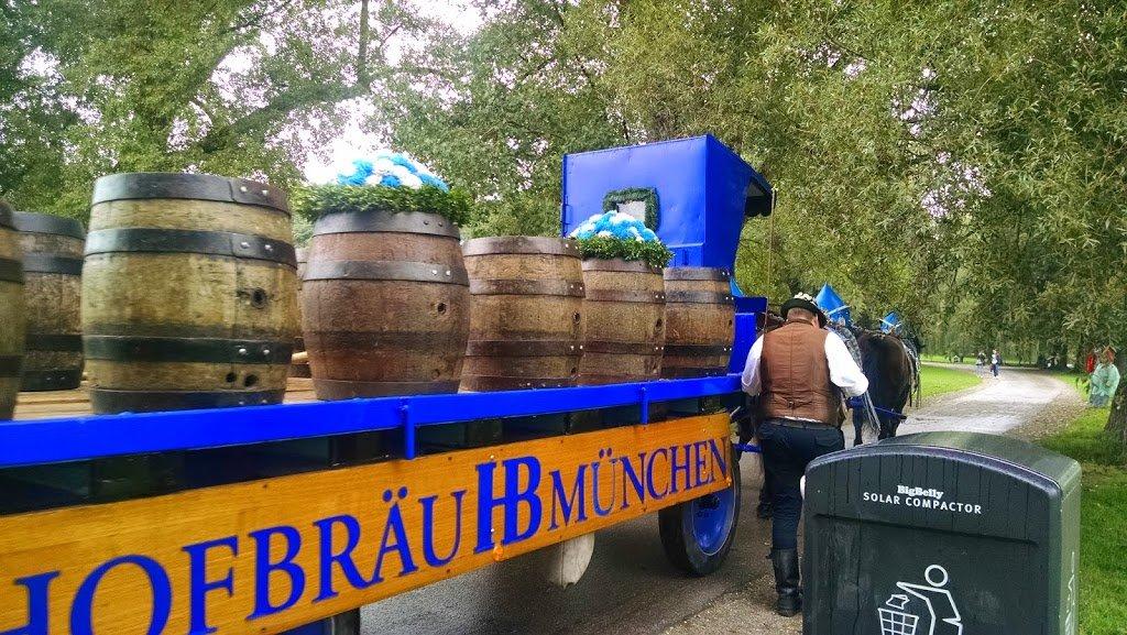 Barriles de cerveza en un sendero del parque de Múnich   Bitácoras Viajeras