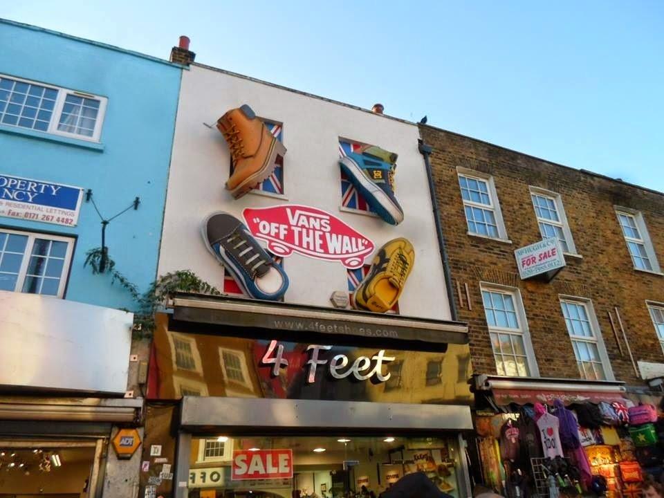 Zapatillas gigantes colgando de las fachadas de los edificios | Bitácoras Viajeras