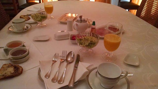 El desayuno con frutas, jugo natural, queque, huevos de campo y más...